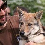 Marco con un cucciolo di cane lupo Cecoslovacco
